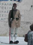 Wache im traditionellem Kleid vor dem griechischen Parlament in Athen, dem ehemaligen Schloss König Ottos.