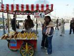 Maisverkäufer an der Neuen Moschee, Istanbul, Türkei