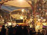 Hindupriester bei einer abendlichen Puja am Gangesufer von Varanasi