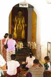 Alte Buddhastatue in der Shezigon-Pagode in Nyang U,  Myanmar (Burma)