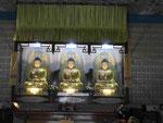 Drei Buddhas in einem chinesischen Tempel in Bodhgaya