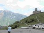Bergwelt im Kaukasus mit der Dreifaltigkeitskirche bei Stepanzminda