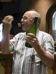 Der Winzer Koehly im Elsaß bei einer Weinprobe