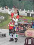 Tanzende Minderheitenfrau in der Tracht am Sonne-Mond-See, Taiwan