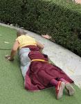 Ein tibetischer Mönch umkreist den Mahabodhi Tempel