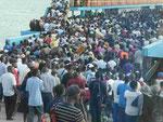 2000 Menschen auf einer Fähre in Mombasa, Kenia