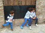 Spielende Kinder in Garzalema, Region Cadiz, Andalusien, Spanien