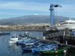 Im Hafen von Las Galetas und Blick auf El Teide, Teneriffa, Spanien