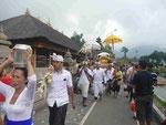 Prozession am Tempel Ulun Danu, Bali, Indonesien