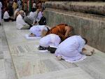 Pilger am  Mahabodhi Tempel von Bodhgaya, Indien