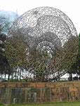 Tsunami Denkmal auf Phuket, Thailand, es zeigt die Erdkräfte