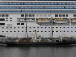 Oldtimer und Kreuzfahrtriese im Hafen von Trondheim, Norwegen