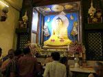 Goldene B uddhastatue im Innern des Mahabodhi Tempels von Bodhgaya, Indien
