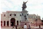 Kolumbusstatue vor Amerikas erster Kathedrale in Santo Domingo, Dom, Rep.