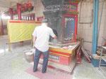 Mann opfert falsches Papiergeld im chinesischen Tempel in Phuket, Thailand