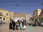 Hochzeitsgesellschaft in Matera di Sassi, gefilmt von einer Drohne