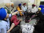 Teetrinken  in einem Sikhtempel in Delhi