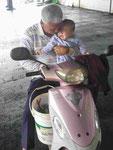Opa und weinender Enkel kommen ohne Helm von Fischmarkt, Osttaiwan