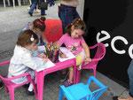 Kleine Mädchen in der Fußgängerzone in Belgrad, Serbien