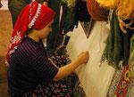 Teppichknüpferin in der Türkei