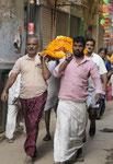 Toter auf dem Weg zur Verbrennung am Manikarnika Ghat von Varanasi