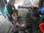 Seeigel werden für den Verzehr abgeflammt, Osttaiwan