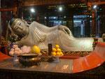 Liegender Buddha im Jadebuddhatempel, Shanghai,  Volksrepublik China