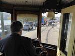 Fahrer einer historischen Straßenbahn in Porto am Douro