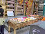 Blumenspenden vor dem Bodhibaum am  Mahabodhi Tempel von Bodhgaya, Indien