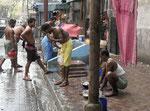Morgentoilette von Männern im Herzen Kolkatas
