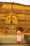 Spenden sammelnde Nonne an der Mantara-gyi Pagode in Mingun, Myanmar (Burma)