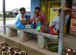 Frauen vor Kaufmannsladen auf Samoa