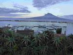 Blick von Horta auf Faial auf die Insel und den Vulkan Pico, Azzoren