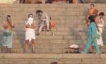 Nackter, nur mit Asche bekleideter Sadhu an einem Ghat von Varanasi