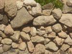 Trockensteinmauer zum Weinanbau auf Porto Santo, Portugal