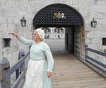 Fremdenführerin in historischer Kleidung am Fort Henry, Kingston, Kanada