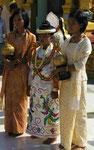 """Junge """"Prinzen"""" vor Klostereintritt auf Zeit in Myanmar"""