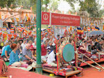 Westliche Pilger von Rigpa  am  Mahabodhi Tempel von Bodhgaya, Indien