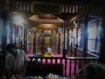 Vor dem Goldenen Schrein mit der Zahnreliquie im Dalada Maligawa in Kandy, Sri Lanka