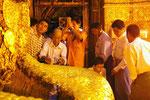 In Myanmar wird der Buddha vergoldet