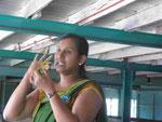 Führerin in der Glenloch Teefabrik in den Bergen hinter Kandy, Sri Lanka