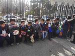 Schüler vor dem Sommerpalast des Schahs in Teheran, I.R. Iran