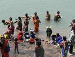Morgentoilette und Wäschewaschen am Ganges