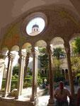 Kreuzgang und Turmspitze des Franziskanerklosters in Dubrovnik, Kroatien