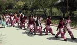 Schülerinnen am Raj Ghat, der Verbrennungsstätte von Mahatma Gandhi