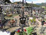 Friedhof in Kastelruth, Südtirol, mit geschmiedeten Eisengrabkreuzen