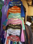 Kleider im Basar von Tanger, Marokko