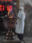 Magier im zoroastrischen Feuertempel bei Yasd, I.R. Iran