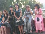Warten auf das Hochzeitspaar in Taschkent, Usbekistan