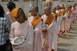 Nonnen beim Betteln, Myanmar (Burma)